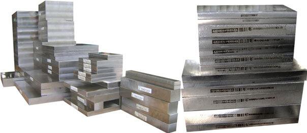 Imagem ilustrativa de placas de aço 1045 Ecofast usinadas.php