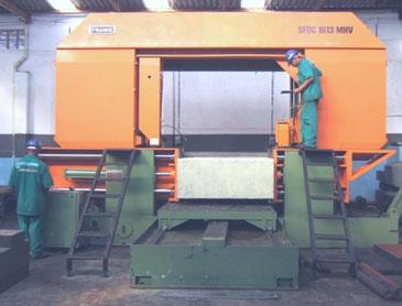 Corte em máquina com 1600 mm de abertura onde se fazem cortes com 2500 mm de comprimento em peças de até 30 toneladas.