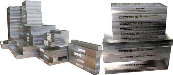 Imagem ilustrativa de placas de aço 1045 Ecofast® usinadas.php