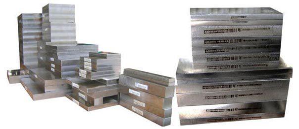 Imagem ilustrativa de placas de aço 1045 Ecofast® usinadas..php